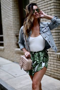 summer outfits Denim Jacket + White Tank + Palm Print Skirt // Shop this Outfit In The Link Summer Outfits, Cute Outfits, Floral Denim, Style Casual, Weekend Wear, Material Girls, Blouse Vintage, Looks Style, Printed Skirts
