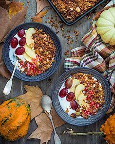 Empezamos el día con un súper desayuno. Porque lo prometido es deuda aquí tenéis la primera receta de las que van a venir este mes con calabaza. Una granola con calabaza que ha pasado a ser mi desayuno favorito del otoño. Con un color y un sabor increíbles. Porque la calabaza sirve para mucho más que para hacer cremas! Feliz día amores! Receta en el link aquí http://ift.tt/2zn2gIS