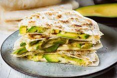Quesadillas cu avocado si mozzarella Quesadillas, Avocado Quesadilla, Grilled Avocado, Quesadilla Recipes, Mozzarella, Mexican Avocado, 500 Calories, Baby Food Recipes, Healthy Eating