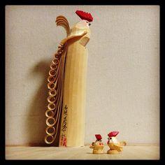 奈良の日本市で中川政七商店の郷土玩具ガチャガチャ第三弾やってきました。山形 笹野一刀彫のにわとり。早起き出来ますように。オトンコレクションと。#日本全国まめ郷土玩具蒐集