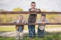 Sibling Photography Poses, Sibling Photo Shoots, Boy Photo Shoot, Kids Photography Boys, Family Photography, 3 Brothers Photography, Sibling Poses, Photography Ideas, Fall Family Pictures