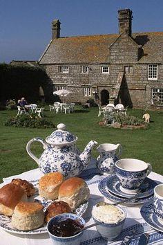 Una mesa de té en un jardín inglés: con los típicos scones, mermelada, crema doble... Justo como debe de ser!