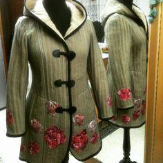 #Abrigo beige con capucha de polar y tul con aplicaciones de flores #otoño #fall #fashion #moda #magallanes #puq #patagonia #puntaarenas #instapuq #instafashion #intamoda #instachile #chile #coat