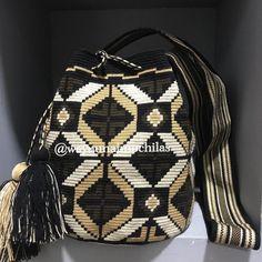 La imagen puede contener: interior Crochet Purses, Crochet Bags, Tapestry Bag, Mittens, Fashion Backpack, Macrame, Backpacks, Interior, Pattern