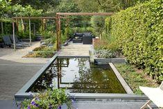 GardeningAtTheAdore: Strakke tuin met vijver - Green ART: Moderne tuinen, Tuinont.. Contemporary Garden Design, Home Garden Design, Landscape Design, Back Gardens, Small Gardens, Outdoor Gardens, Water Features In The Garden, Garden Features, Modern Landscaping