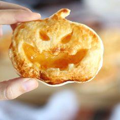 Rice Krispy Treats Recipe, Rice Krispie Treats, Halloween Themed Food, Halloween Stuff, Halloween Treats, Halloween Costumes, Best Baked Chicken Recipe, Baby Food Recipes, Dessert Recipes