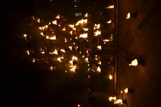 Le public venu nombreux s'agglutinait devant des pots enflammés délimitant des cercles autour des structures.