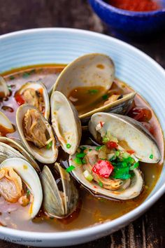 Clam Recipes, Greek Recipes, Seafood Recipes, How To Cook Clams, Mediterranean Dishes, Mediterranean Style, Steamed Clams, Pickled Garlic, Eastern Cuisine