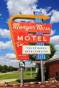 Munger Moss Motel, Route 66 (by Vintage Roadtrip) Route 66 Theme, Vintage Neon Signs, Us Road Trip, Roadside Attractions, Old Signs, Googie, Pictures To Paint, Motel, Vintage Travel