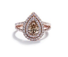Diamond ring in 18 kt. rose gold set with one pear shaped Natural Fancy Yellowish Brown/VS1 diamond in total 1.02 ct. Surrounded by 83 smaller diamonds in total 0.60 ct. Top Wesselton/VVS-VS DKK 44,500,-