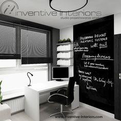 Projekt gabinetu Inventive Interiors - farba tablicowa, żaluzje drewniane, białe biurko i półki
