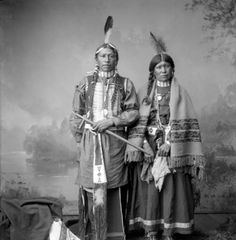 Full-length studio portrait of Jui and Tan-Nah, husband and wife, Ute Native Americans; he holds a pipe, she holds a piece of cloth or kerchief; they stand in front of painted backdrop. Native American Pictures, Native American Quotes, Native American Symbols, Native American Beauty, American Indian Art, Native American History, Native American Indians, Navajo, Eskimo