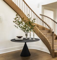 Entryway Stairs, Entryway Decor, Round Foyer Table, House Of Decor, Staircase Makeover, Steps Design, Curved Staircase, Foyer Decorating, Beautiful Interior Design
