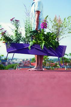 Jardinière Basket de Fermob : Jardinières et pots : une décoration printanière s'invite sur le balcon - Journal des Femmes
