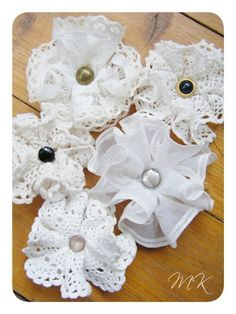 How to make Vintage Doily Flowers. Bow Dazzling Volunteers, add an alligator clip with a felt circle to the back for a great hair / headband accessory. Shabby Chic Flowers, Lace Flowers, Felt Flowers, Crochet Flowers, Fabric Flowers, Vintage Flowers, Wedding Flowers, Cloth Flowers, Button Flowers
