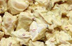 Je kunt deze salades heel makkelijk kopen in de supermarkt, maar zelf maken is veel lekkerder. Zo maak je een heerlijke aardappelsalade...