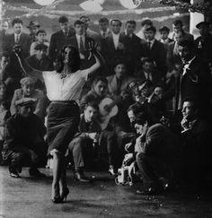 Lucien Clergue, La Danse du mariage gitan, Les Saintes-Maries-de-la-Mer, 1963 ; tirage moderneargentique ; 58,3 cm x 49,3 cm © Atelier Lucien Clergue