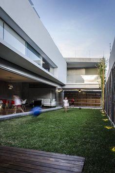 Busca imágenes de diseños de Jardines estilo moderno}: Casa Xafix / Arkylab. Encuentra las mejores fotos para inspirarte y y crear el hogar de tus sueños.