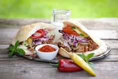 Pitakebab resepti - streetfoodia kotikonstein. Valmista herkullinen pitakebab kotona helposti ja nopeasti.