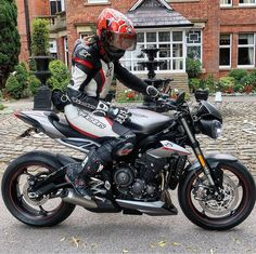 riumph Street Triple RS 765 More on . Lady Biker, Biker Girl, Bike Bmw, Triumph Street Triple, Street Girl, Cafe Racer Motorcycle, Cars And Motorcycles, Motorbikes, Naked