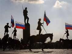 Yuri Kochetkov / EFE Miembros de la caballería del regimiento presidencial ruso portan la bandera nacional durante el Día de la Bandera en Moscú.. de la semana 1