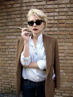 minus the sigarett :/ Le Smoking, Women Smoking, Smoking Girls, Sartorialist, Blonde Bobs, How To Roll Sleeves, Work Wear, Style Me, Street Style