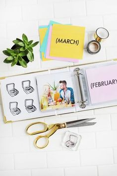 Laura Gummerman: Print out 5 photos at the end of each month for a full chronological account of the year. (What a great idea for an easy mini album! Mini Photo Books, Mini Books, Studio Calico, Photo Projects, Craft Projects, Craft Ideas, Monthly Photos, Book Challenge, Album Photo