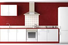 Weiße Küche mit tiefroten Wänden
