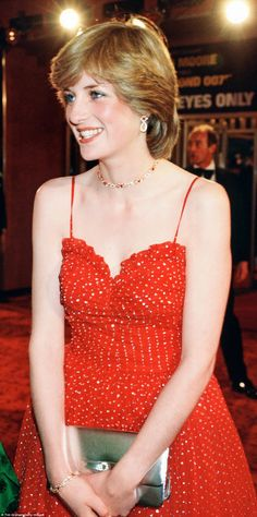 This ruby, gold and diamond link choker was Diana's choice for the premiere of James Bond film For Your Eyes Only in London in June 1981. The short choker length perfectly complemented the gown's sweetheart neckline