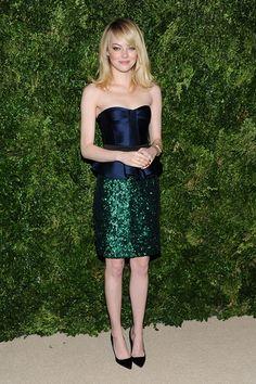Emma Stone lució un bonito vestido de Burberry en azul y verde.
