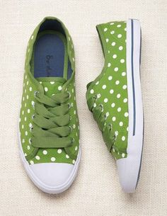 Polka dots on green converse! SO adorable. Pretty Shoes, Cute Shoes, Me Too Shoes, Crazy Shoes, Moda Vintage, Green Shoes, Green Sneakers, Green Trainers, Summer Sneakers