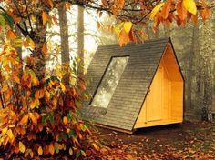 Trata-se de um alojamento hibrido (entre a tenda e o bungalow) que dispõe de uma cama para duas pessoas, uma mesa, bancos, caixas de arrumação, um ponto de luz e uma tomada.
