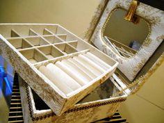 Porta jóias confeccionado em cartonagem com forração em tecido, veludo e espelho interno.