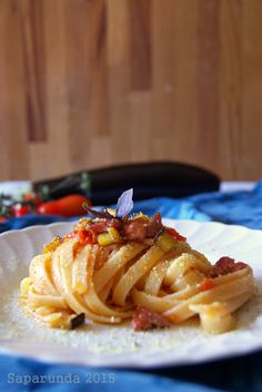 Pasta con tonno fresco, melanzane e pangrattato aromatico al pistacchio