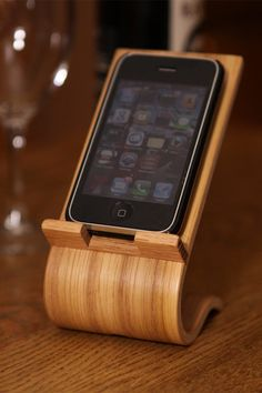 Oak Veneer Smartphone Desk Stand - Iphone Phone Stand - Ideas of Iphone Phone Stand - idea for him Smartphone Desk Stand by on Iphone Holder, Iphone Stand, Iphone Phone, Iphone Case, Iphone S6 Plus, Wood Projects, Woodworking Projects, Woodworking Plans, Wc Decoration