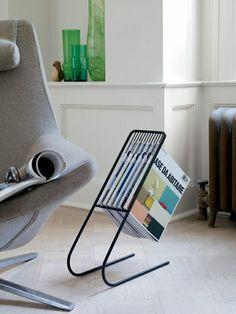 porte-revue-fly-en-fer-noir-ou-poser-les-magasins-chez-vous-fauteuil-gris-pour-le-salon.jpg (700×933)