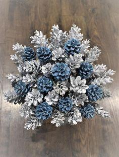 Wooden Christmas Crafts, Diy Christmas Gifts, Handmade Christmas, Christmas Decor, Xmas, Pinecone Centerpiece, Pumpkin Centerpieces, Pine Cone Flower Wreath, Pumpkin Arrangements