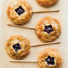 These Berry Pie Pops Will Make Your Kids Feel Like It's Summer (Williams-Sonoma Taste) Pie Dessert, Dessert Recipes, Desserts, Cake Pops, Macarons, Donuts, Summer Pie, Blackberry Recipes, Berry Pie