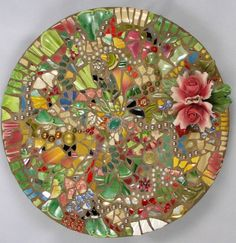 I would love to make mosaic stepping stones like this for the garden.