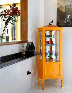 Cristaleiras, armários e seus interiores. Antigo armário de farmácia...