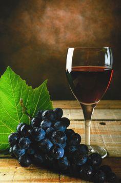 Le vin fait partie intégrante de la culture française. L'INAO recense officiellement en mai 2011 3 420 produits (vins) différents, produits regroupés en 1 434 dénominations, appartenant à leur tour à l'une des 460 appellations et indications (293 AOC, 16 AOVDQS et 151 IGP), issus de 788 domaines. La France est le 1er producteur mondial de vin devant l'Italie et l'Espagne, et le 3e exportateur mondial.  #vignobles #oenotourisme #vins #france