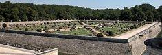 Chenonceau- Le jardin de Diane de Poitiers est bordé de murs de soutènement et décoré de 8 triangles.