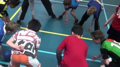 Poortbal: De bal met je vuist door het poortje van iemand anders tikken en zorgen dat de bal niet door je eigen poortje gaat. De laatste 5 hebben gewonnen! School Bo, School Sports, Sport Snacks, Management Games, Primary School, Sport Girl, Team Building, Physical Education, Training