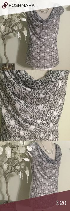 H&M TOP Beautiful top in excellent condition, front 100% Polyester, back 100% viscose H&M Tops Blouses