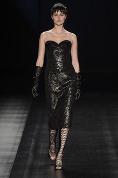 Silhueta Versace + renda brilhante sobre fundo fosco. Tufi Duek SPFW 2013.