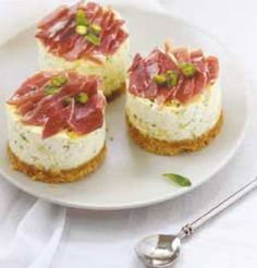 Cheesecakes herbes fraîches, pistaches et rubans de Serrano aoste - Käsekuchen-Rezepte Savory Cheesecake, Fingerfood Party, Snacks, Quiches, Diy Food, Cheesecakes, Finger Foods, Appetizer Recipes, Cake Recipes