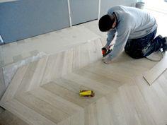 hongaarsepunt eiken vloeren leggen in onze showroom van Fairwood houten vloeren in Tiel