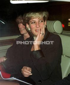 DIANA THE PRINCESS OF WALES with her two sisters SARAH & JANE sit out a traffic jam on their way home from the Royal Opera House in London. - Date: 01.11.1995. Ref: B115_083601_1171. COMPULSORY CREDIT: Alan Davidson / Bandphoto / UPPA/Photoshot.