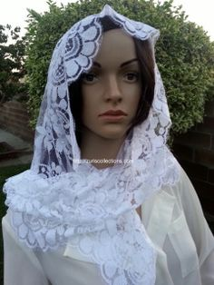 Model: Flower/ Flor  Material: Leavers Color: White/Blanco Size: 120 x 60 cm  Made in: Spain/España  TOP quality Mantilla Leavers veil. It will frame your face, head and shoulders beautifully with its soft and light texture.  Velo de alta calidad Leavers de encaje Espanol. Este velo se conforma a su cuerpo y es muy suave y con efecto de poco peso.
