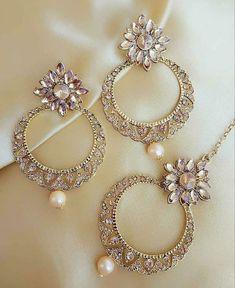 Jewelry set Dm to buy Description: It Has 1 Pair Of Women's Earrings With 1 Piece Of Mangtika . Jewelry Design Earrings, Gold Earrings Designs, Fashion Earrings, Diamond Jewelry, Women's Earrings, Indian Wedding Jewelry, Indian Jewelry, Bridal Jewelry, Black Jewelry